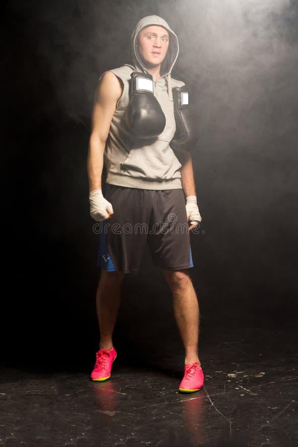 Pugilista novo muscular que prepara-se para uma luta fotos de stock royalty free