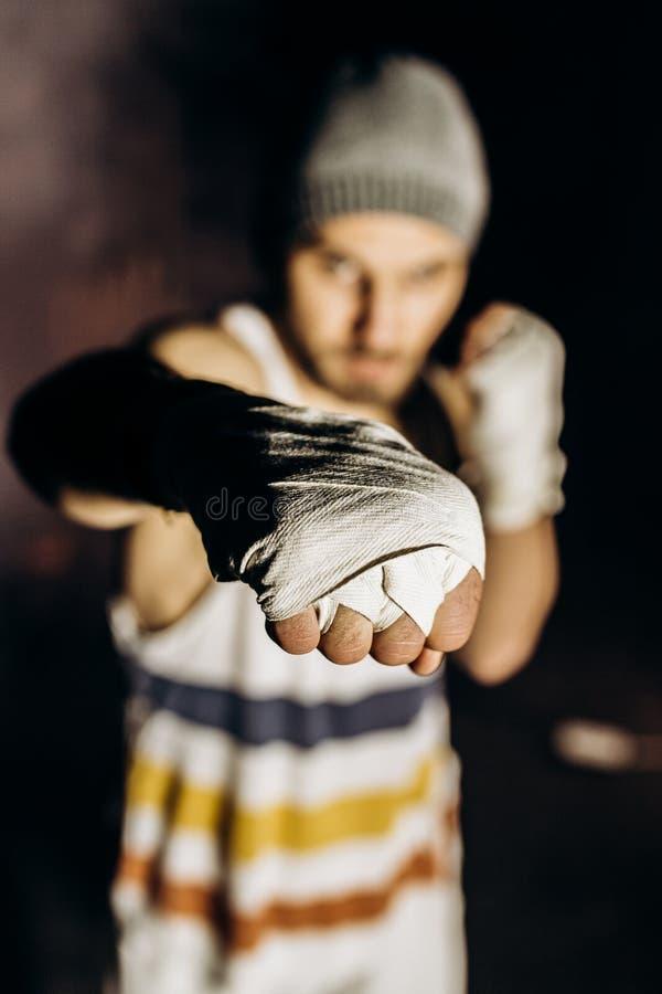 Pugilista novo que luta com punhos enfaixados imagens de stock royalty free