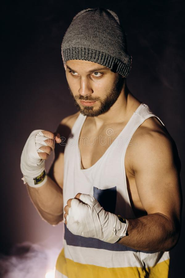 Pugilista novo que luta com punhos enfaixados foto de stock royalty free