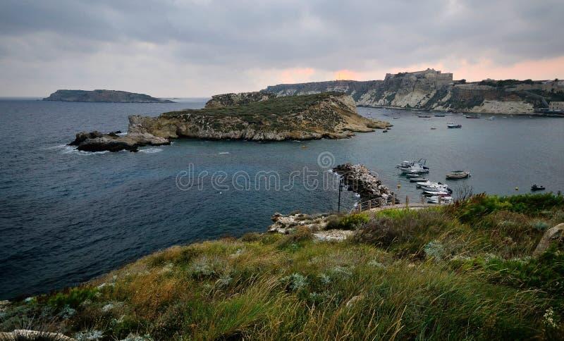 Puglia, Itália, August2018, ilhas de Tremiti no alvorecer fotos de stock
