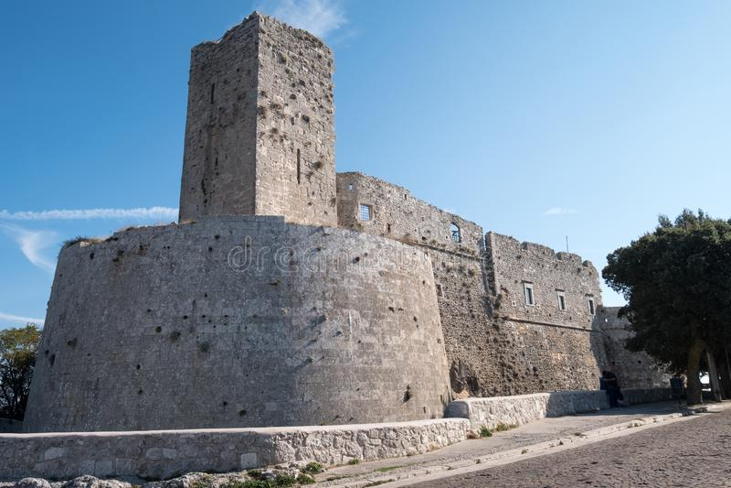 Puglia Italien Rockera på Monte Sant ` Angelo, pittoresk Puglian bergstoppstad royaltyfri foto