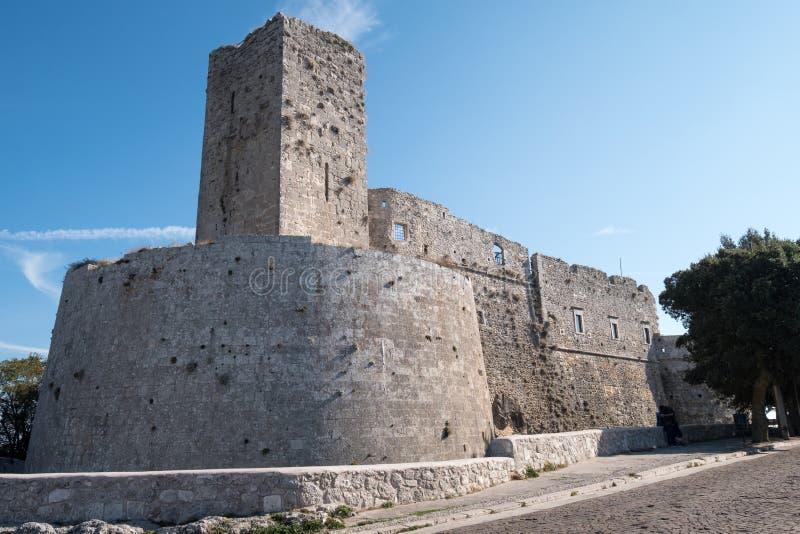 Puglia, Italien Ziehen Sie sich an Monte Sant-` Angelo, malerische Puglian-Hügelstadt zurück lizenzfreies stockfoto