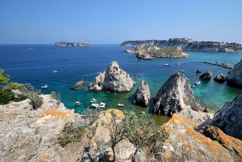 Puglia, Włochy, August2018, seascape Tremiti wyspy na słonecznym dniu zdjęcie royalty free