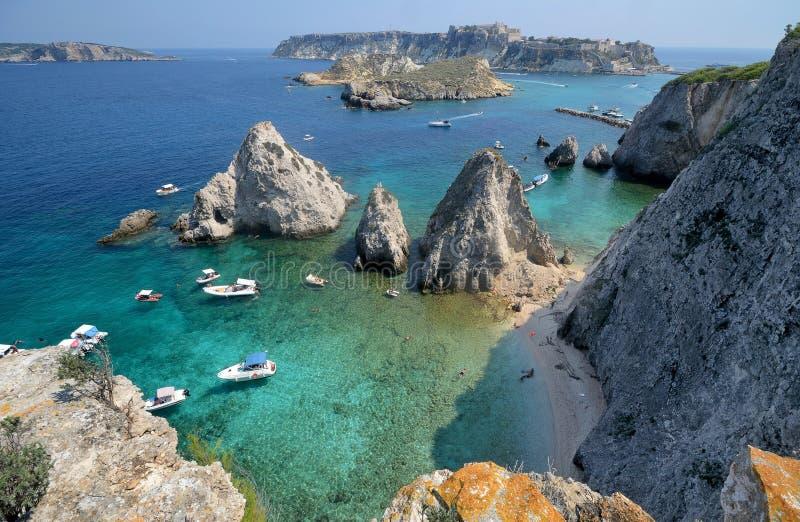 Puglia, Włochy, August2018, seascape Tremiti wyspy na słonecznym dniu fotografia royalty free