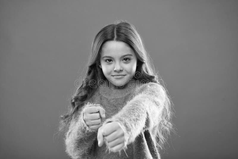 Pugni attacco pronto della tenuta della ragazza o difendere Bambino della ragazza sveglio ma forte Autodifesa per i bambini Difen immagine stock libera da diritti