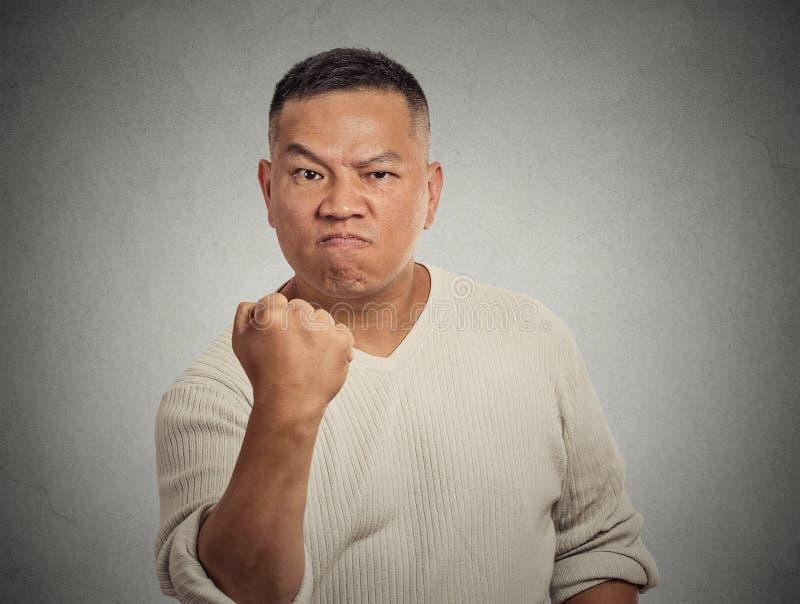 Pugno dell'uomo invecchiato mezzo arrabbiato su fotografie stock
