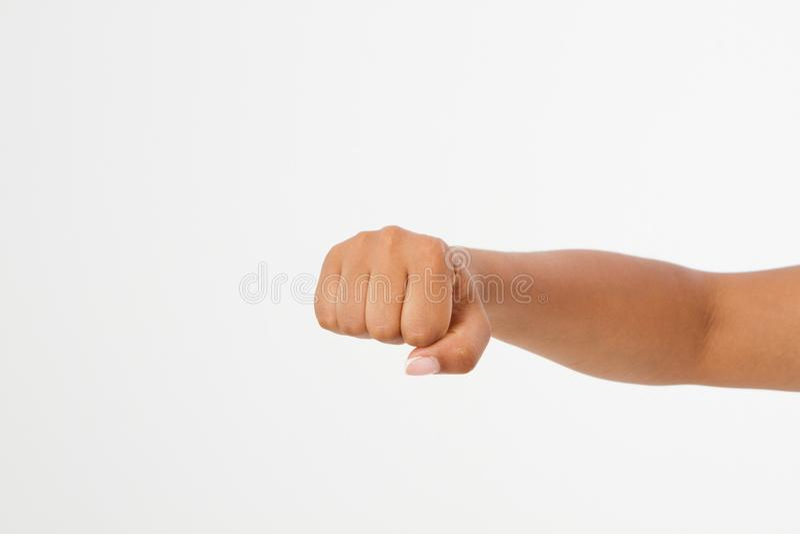 Pugno della donna di colore isolato su un fondo bianco vista frontale del pugno afroamericano Derisione su Copi lo spazio mascher fotografia stock libera da diritti