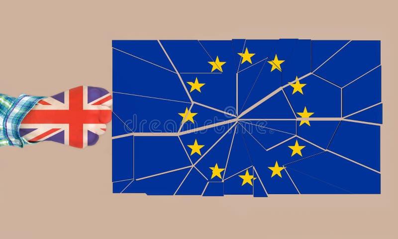 Pugno di Brexit- di una donna che rompe la bandiera di UE immagine stock libera da diritti