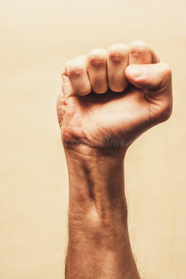 Pugno di protesta di tumulto alzato nell'aria Pugno serrato maschio immagini stock