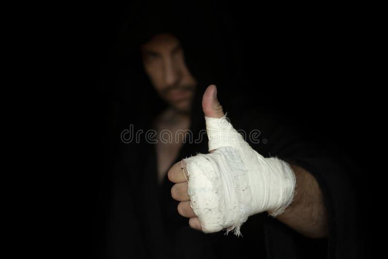 Pugno legato del pugile professionista Pugile che gesturing il suo pollice su Preparazione di pugilato prima del rombo fotografie stock libere da diritti
