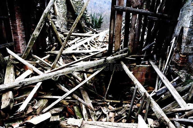 Puin en de ruïnes van het huis door krachtige earthqu wordt vernietigd die stock fotografie