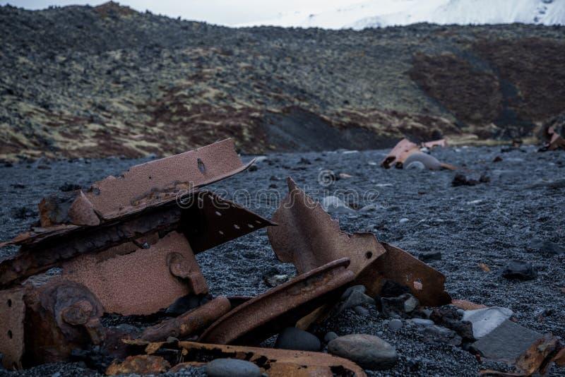 Puin op het zwarte strand in IJsland stock foto