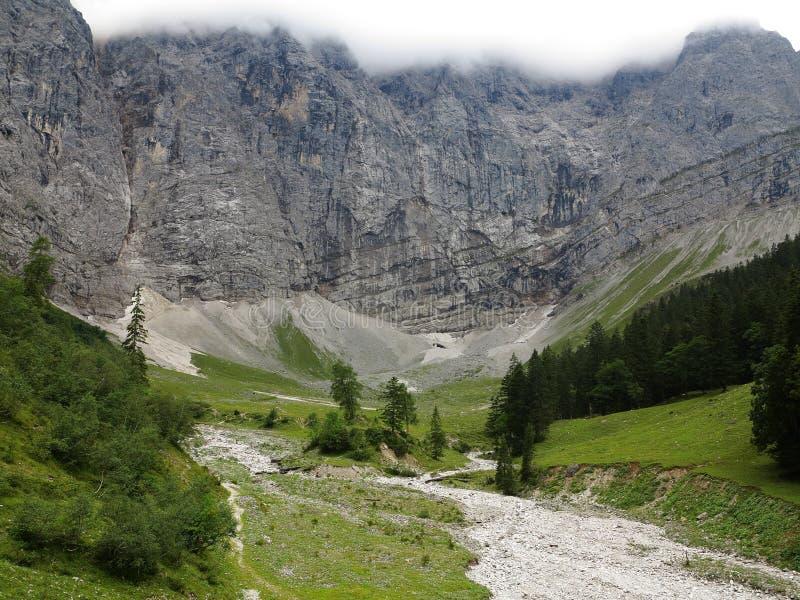 Puinkegelhellingen in massieve bergen stock foto