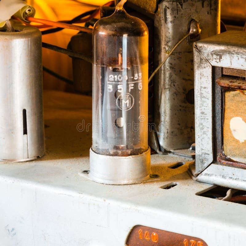 Puissance ampère de tube dans la vieille radio de vintage image libre de droits