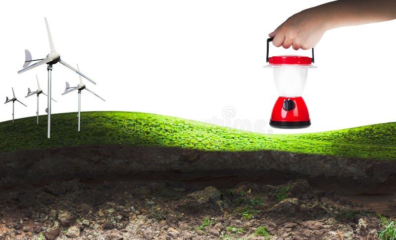 Puissance d'Eco, turbines de vent et femme de main tenant la lanterne électrique images libres de droits