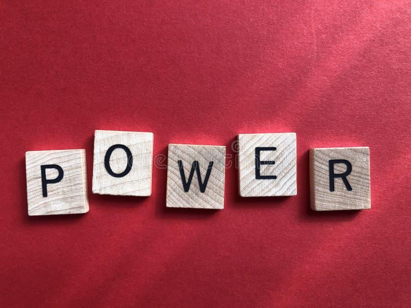 Puissance dans les lettres en bois de l'alphabet 3d photo libre de droits