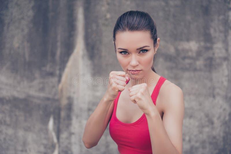 Puissance de femme, concept d'autodéfense Fermez-vous vers le haut du portrait de l'attracti photos libres de droits