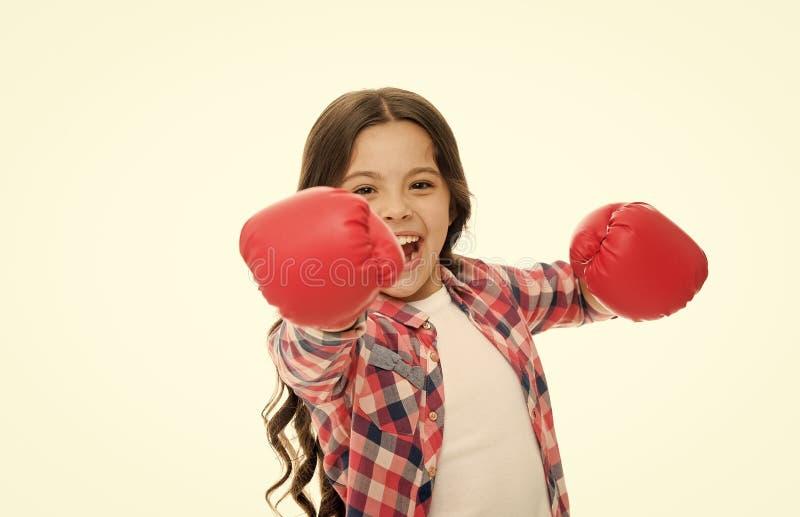 Puissance de fille et concept du f?minisme Boxe heureuse d'enfant dans les gants d'isolement sur le blanc Boxeur d'enfant avec la images libres de droits