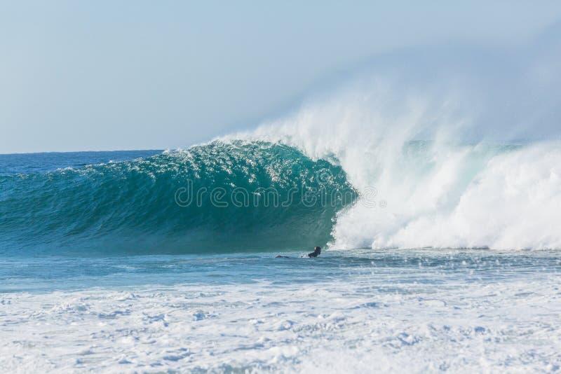 Puissance de ressac surfante de rencontre de surfer photo stock