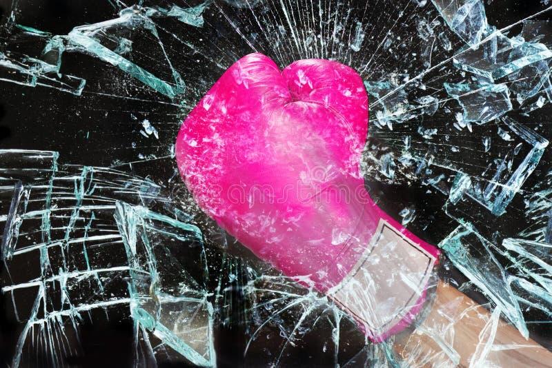 Puissance rose de fille cassant le verre photographie stock libre de droits