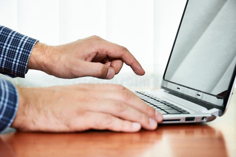 Puissance sur l'ordinateur portable à la main photo stock