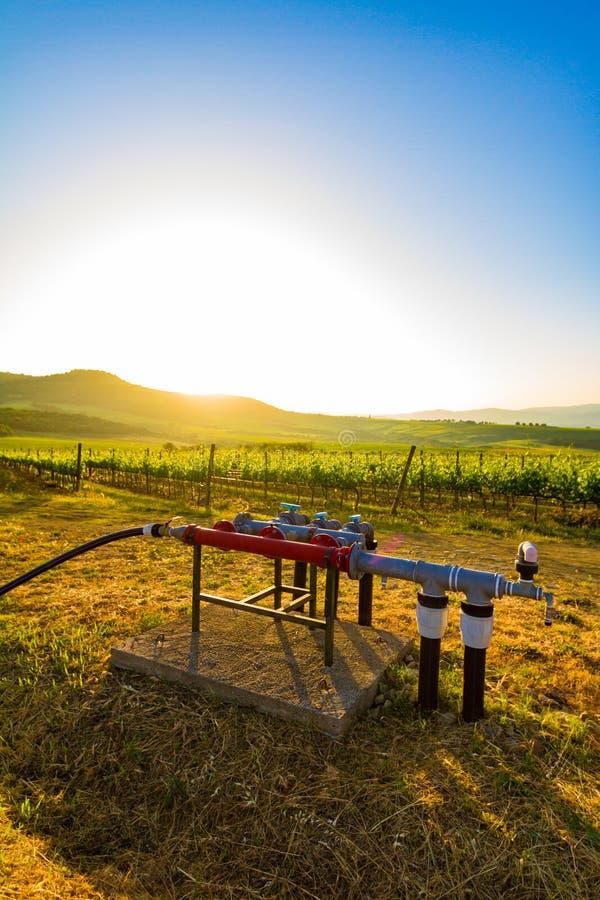 Puits d'eau dans la campagne en Toscane, Italie photo stock