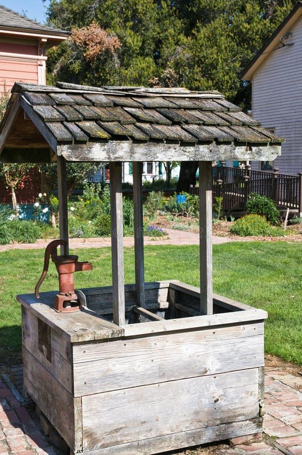 puits d'eau de cru photos libres de droits
