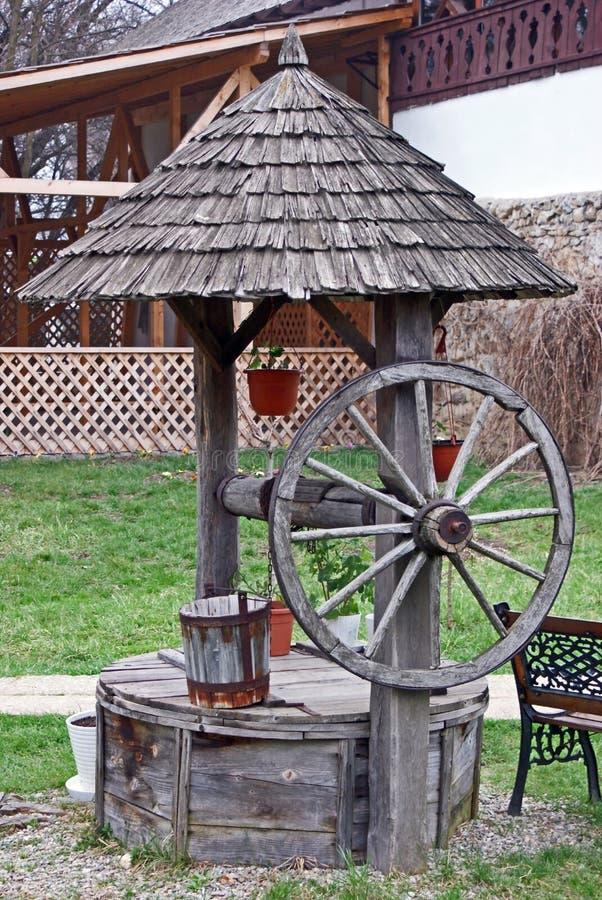 puits d 39 eau en bois traditionnel photo stock image du frais jardin 14423242. Black Bedroom Furniture Sets. Home Design Ideas