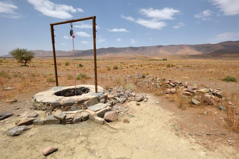 puits d 39 eau en sahara desert maroc image stock image du north ciel 69663381. Black Bedroom Furniture Sets. Home Design Ideas