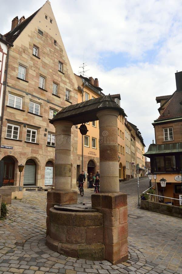 Puits d'eau historique près de tour de Tiergartnertor à Nuremberg images stock