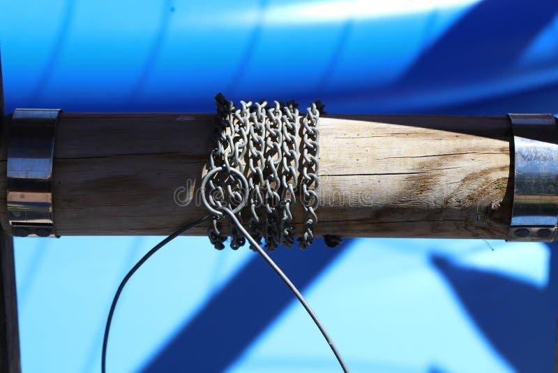 Puits d'eau d'intérieur avec la chaîne de collier et en métal images libres de droits