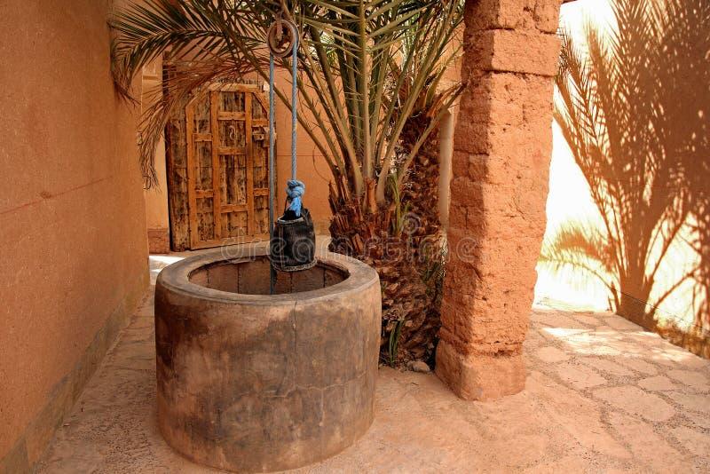 Puits d'eau privé dans la maison marocaine près du désert photographie stock libre de droits