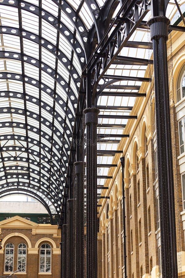 Puits de foins, passage moderne situé sur la rive sud de la Tamise, Londres, Royaume-Uni photo stock