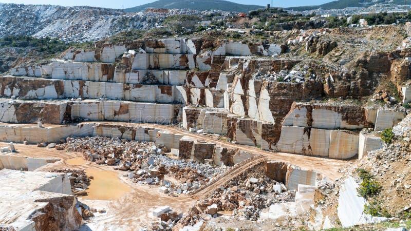 Puits de marbre de carri?re compl?tement des roches et des blocs en ?le de Marmara, Turquie photographie stock