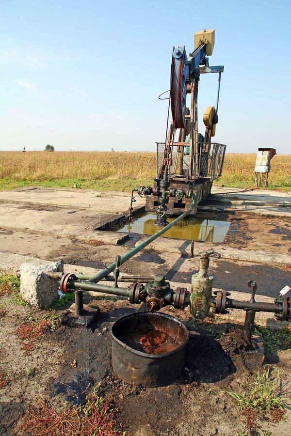 Puits de pétrole avec la prise de masse polluée image stock