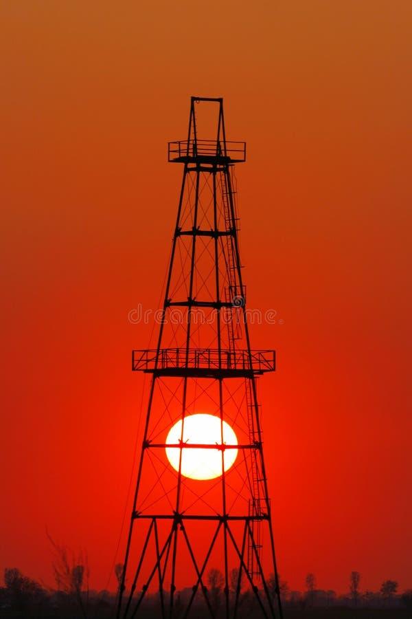 Puits de pétrole profilé sur le disque solaire photo libre de droits