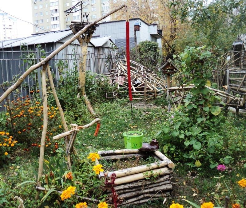 """Puits en bois de sculpture sur le terrain de jeu appelé """"le conte de fées de sorte """" photo stock"""