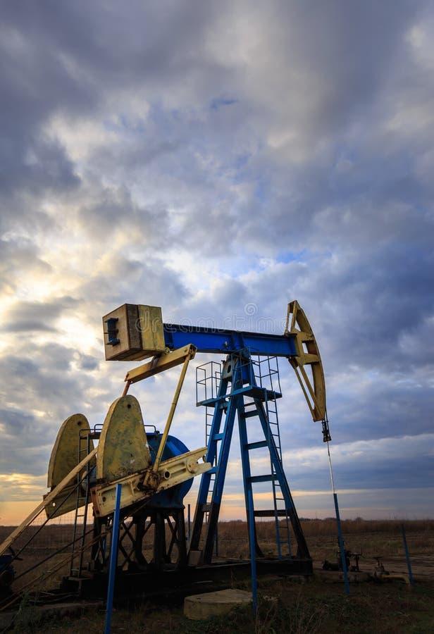 Puits fonctionnant de pétrole et de gaz photos libres de droits
