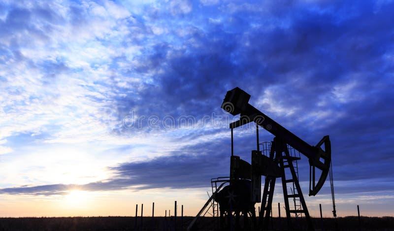 Puits fonctionnant de pétrole et de gaz photo libre de droits