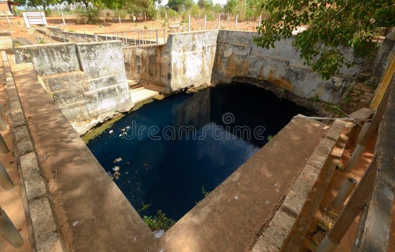 Puits souterrain naturel d'eau profonde photographie stock