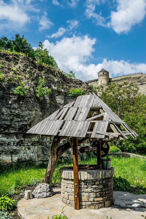 Puits ukrainien sur un fond de forteresse photographie stock libre de droits