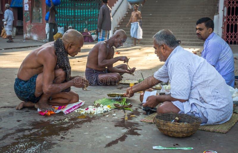 Puja di offerta dei pellegrini alla banca del Gange dopo che un rituale promettente di rasatura della testa al ghat Calcutta, Ind fotografia stock libera da diritti