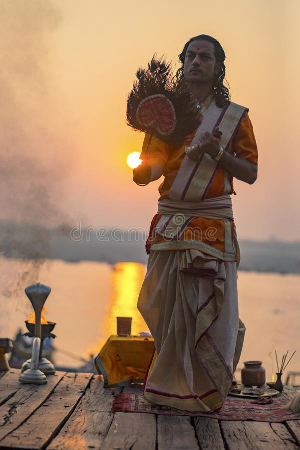 Puja en los bancos del Ganges, la India La ciudad de Varanasi imágenes de archivo libres de regalías