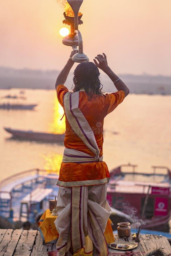 Puja en los bancos del Ganges, la India La ciudad de Varanasi fotos de archivo libres de regalías
