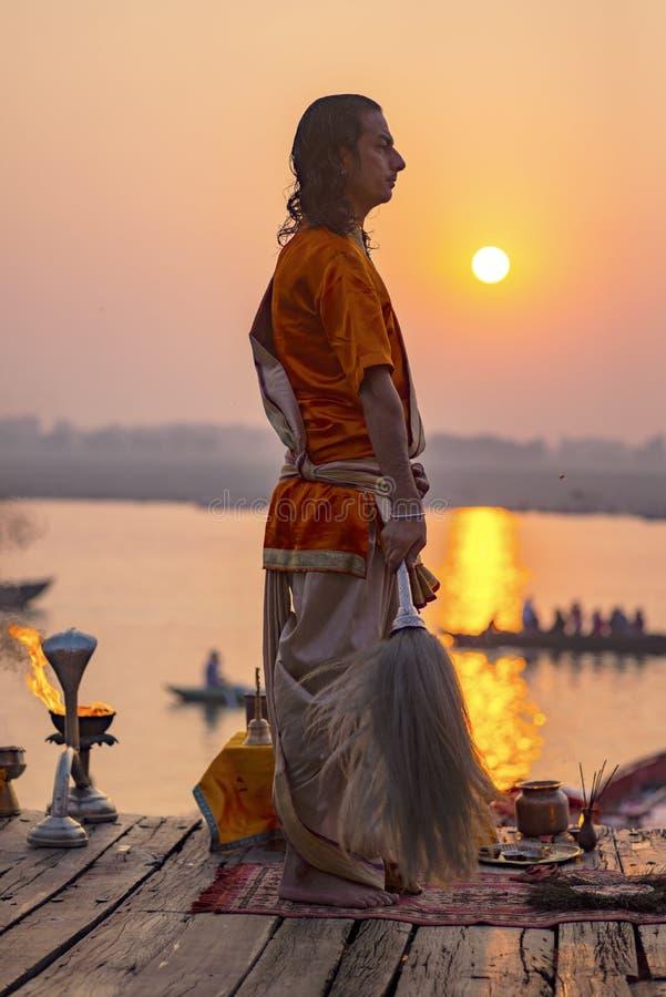Puja en los bancos del Ganges, la India La ciudad de Varanasi foto de archivo libre de regalías