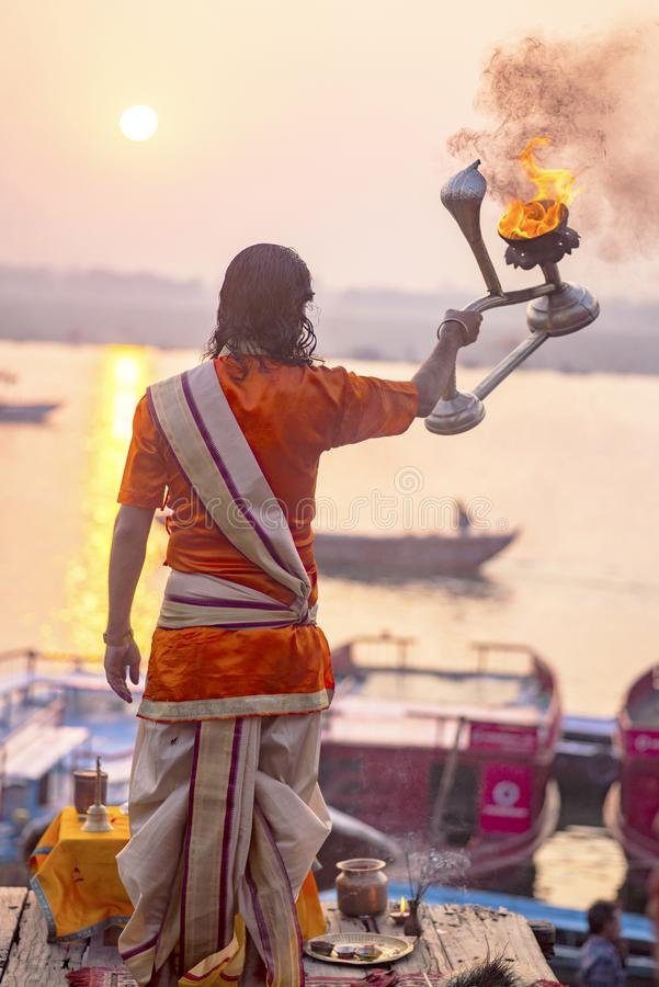 Puja en los bancos del Ganges, la India La ciudad de Varanasi imagen de archivo