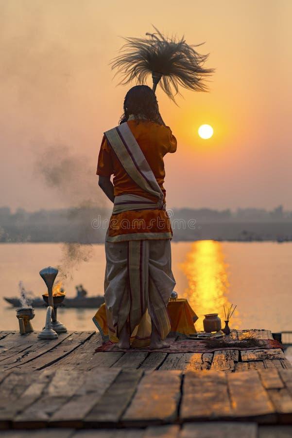 Puja en los bancos del Ganges, la India La ciudad de Varanasi imagen de archivo libre de regalías