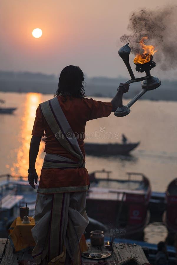 Puja en Varanasi, terraplén del río Ganges, la India, noviembre de 2015 imágenes de archivo libres de regalías