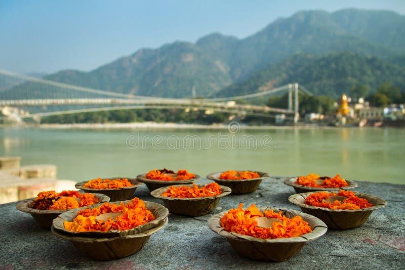 Puja florece el ofrecimiento en el banco del río Ganges imagen de archivo libre de regalías