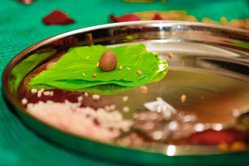 Индусская церемония Puja Thali стоковые изображения